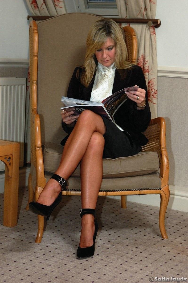 Une allumeuse blonde bandante en mini robe upskirt - 3 part 7