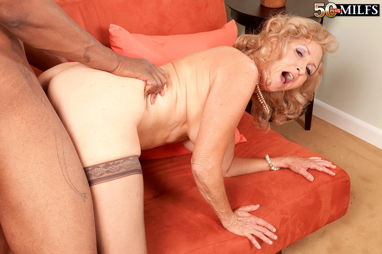 Порно видео подглядывает за старой бабой массаж